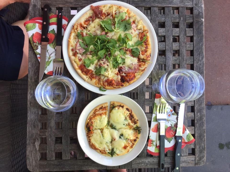 Na lang wachten.....onze eigen pizza maar gemaakt<br />⯑⯑⯑⯑⯑